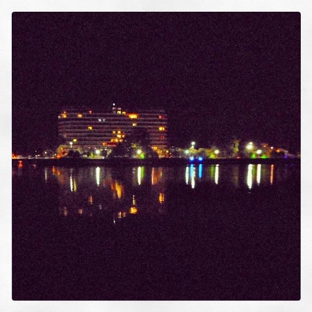 Reflet des immeubles au bord de l'Allier à Vichy la nuit.